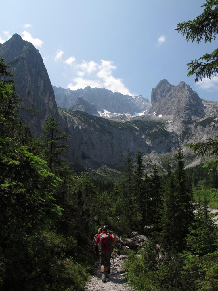 Über dem Talschluss drohnt die Zugspitze und eine völlig überfüllte Höllentalangerhütte erwartet kurz vor dem Einstieg in die Klamm