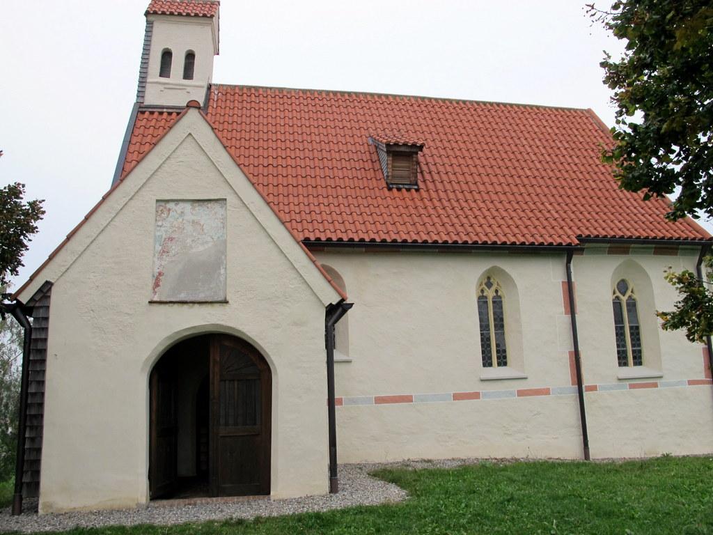 Die Kirche war zwar zugesperrt, aber der kleine Vorraum bot Bänke und Schutz vor dem kalten, feuchten Wind