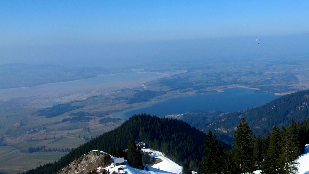 Blick hinunter Richtung Norden auf den Bannwaldsee