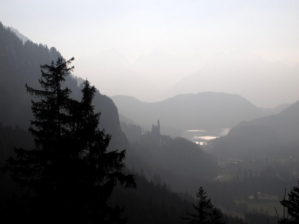 Es blieb den ganzen Tag leicht diesig, was dem Blick auf Schloss Neuschwanstein in der Nachmittagssonne einen leicht gespenstischen Zug verleiht