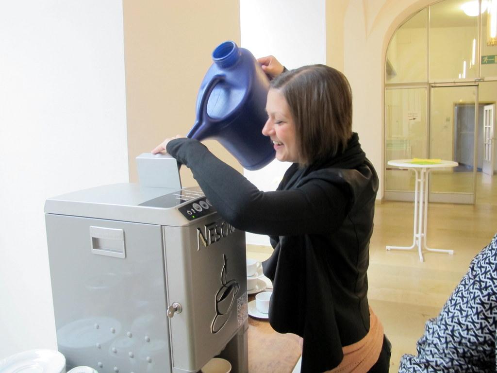 Sarah Grossmann, zuständig fürs Catering, füllt die für Barcamps überlebenswichtige Kaffeemaschine auf!