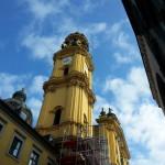 Der Blick - (noch) von unten, die Theatinerkirche - München eben!