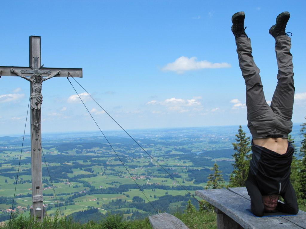 Kopfstand mit Wanderschuhen - eine Herausforderung an die Balance