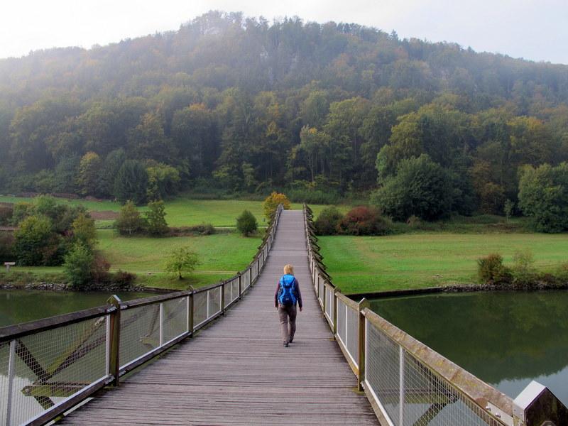 Auf der längsten Holzbrücke Europas bei Essing