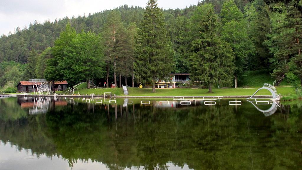 Ein tolles Naturschwimmbad am Alatsee, erinnert ein wenig an Kindheit