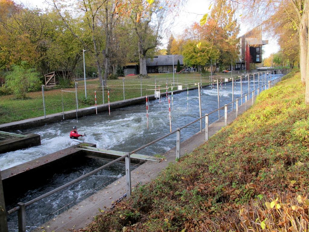 Einer paddelt immer - im Eiskanal, Augsburgs Kanustrecke
