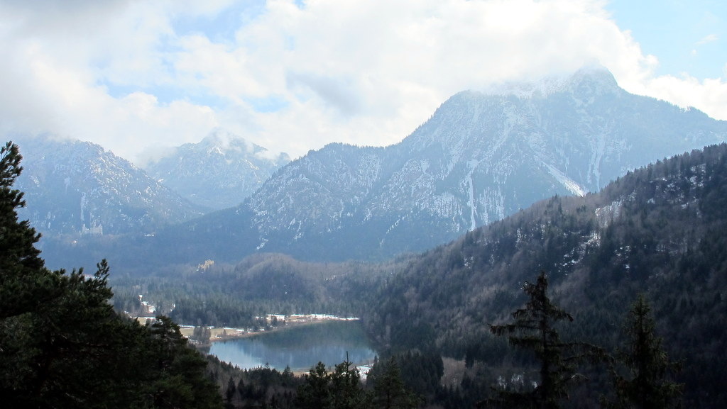 Der Alpsee vor den Königsschlössern, links ragt der Säuling empor