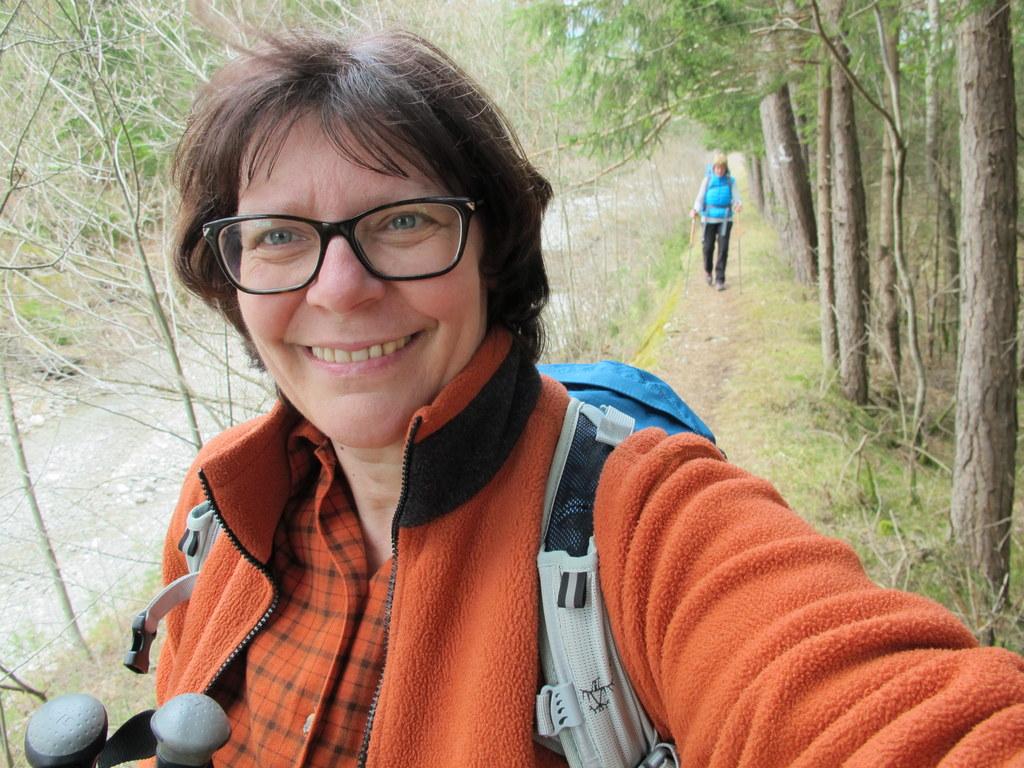 Die beiden Wandersfrauen kurz vor dem Etappenziel Höfen