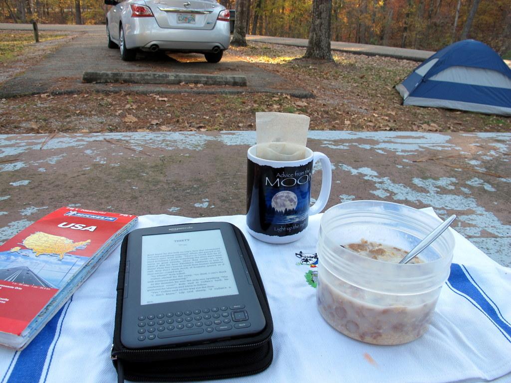Frühstück und lesen auf herbstsonnigem Campingplatz