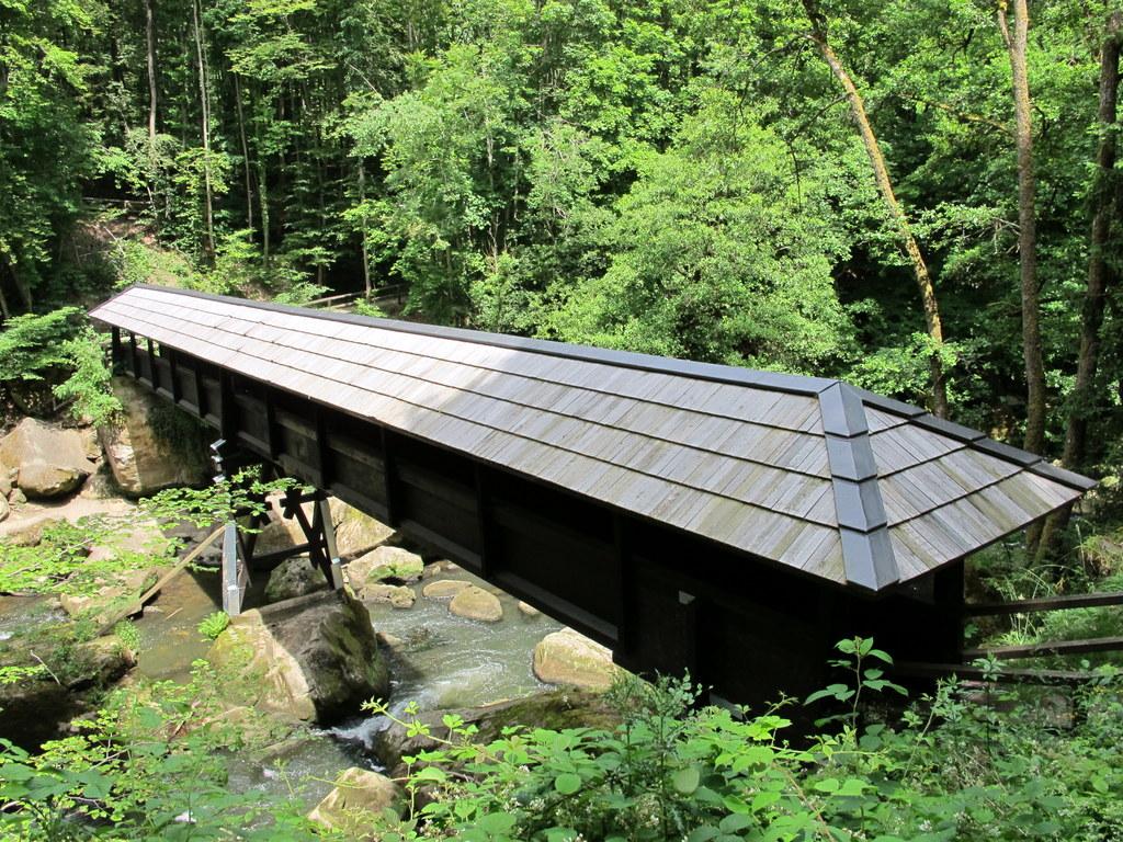Überdachte Brücke an den Irreler Wasserfällen