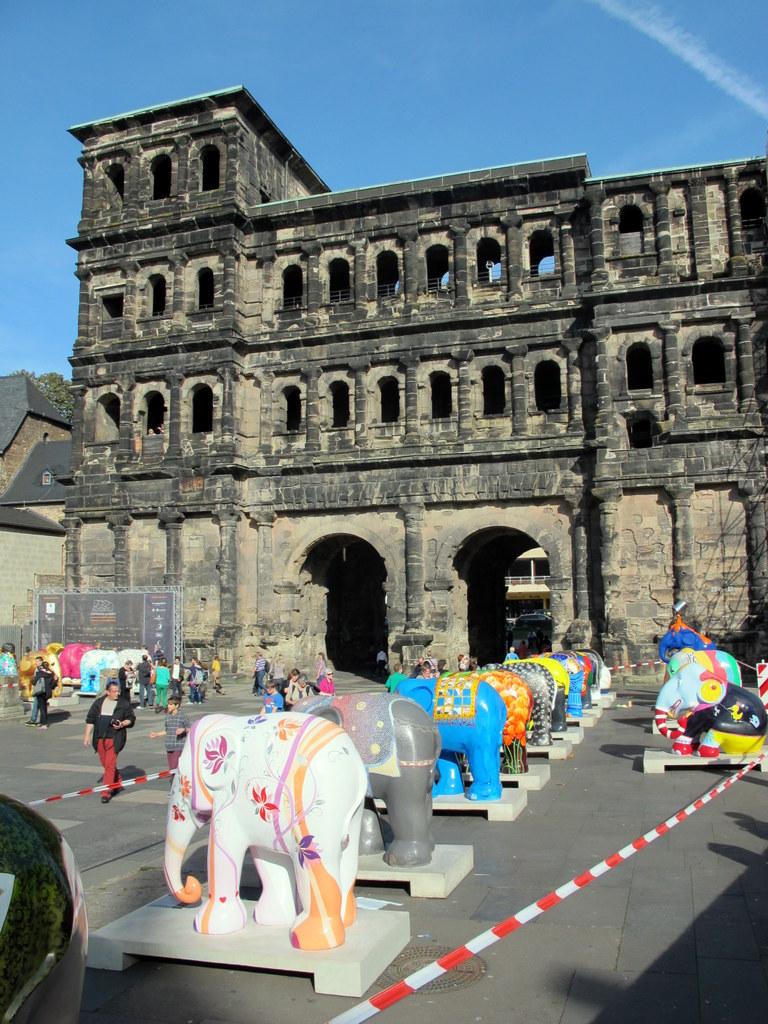 Wer kennt sie nicht, das Wahrzeichen Triers, die Porta Nigra (mit Elephant Parade)