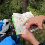 Ja, wir schauen immer mal wieder in die Lechweg-Leporello-Wanderkarte, die uns gute Dienste leistet!