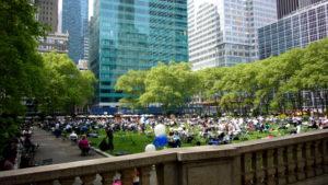 Bryant Park New York gefüllt mit Menschen